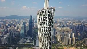 阳光明媚的广州市中心著名的广东塔观景点顶部空中近距离拍摄 中国