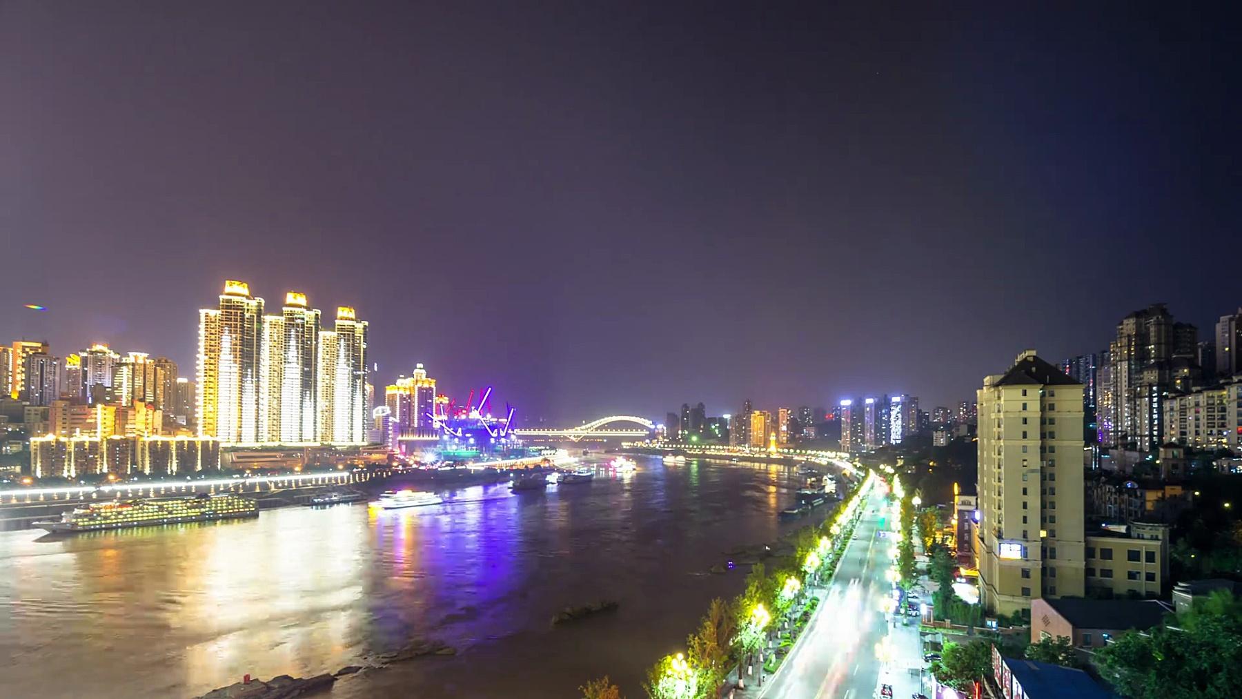 夜晚从河边看重庆的城市风光和天际线。时间间隔