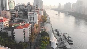 在广州街道上空的无人机上飞行。过往车辆的长长影子