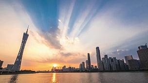 日落时分广州河边的现代写字楼。timelapse