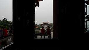 日间武汉市名寺室内大厅慢动作窗景 中国