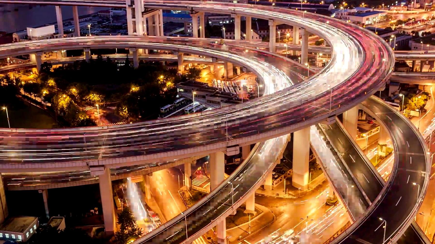 黄昏时的上海立交桥和高架路