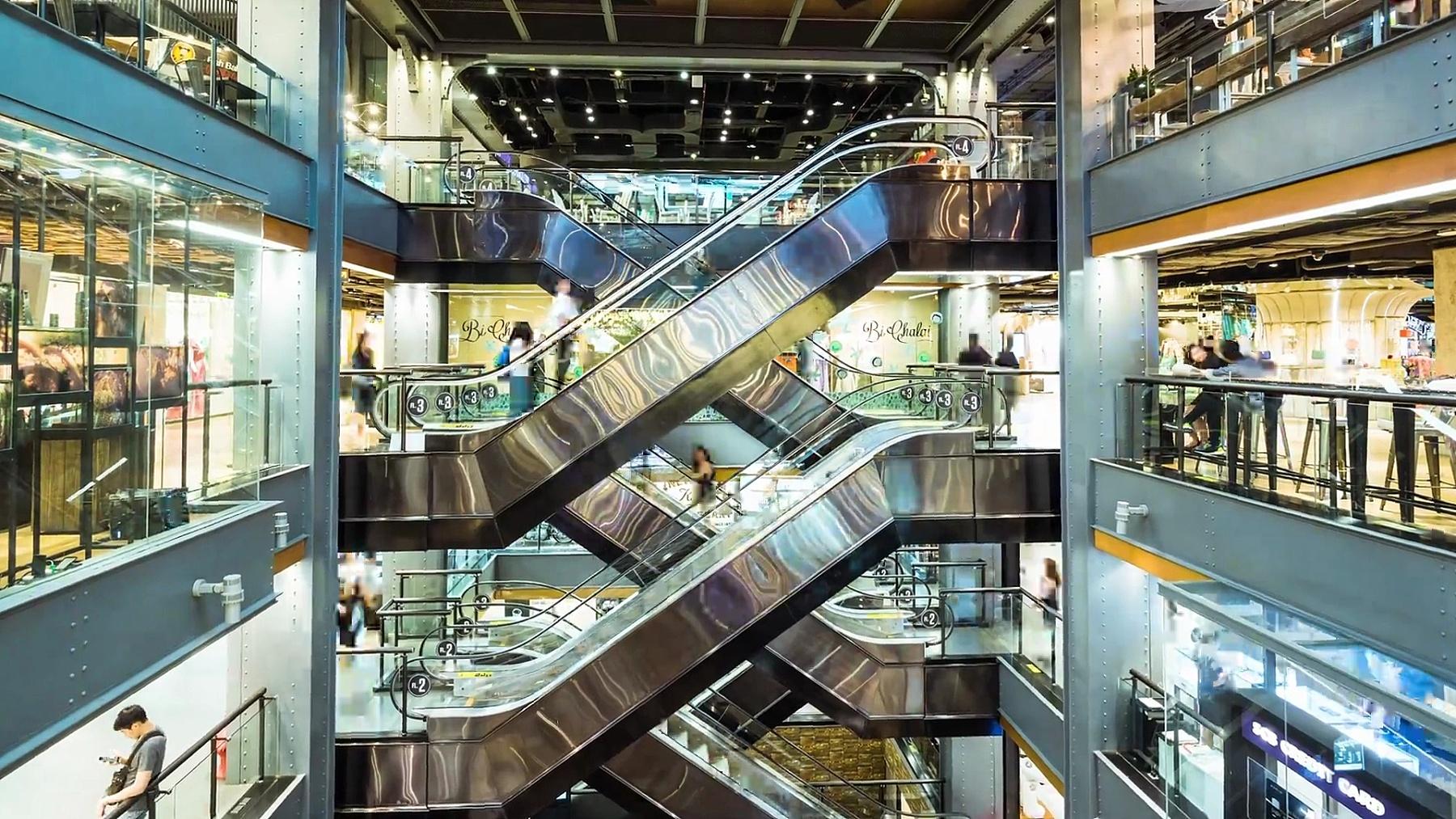 时间间隔 购物中心自动扶梯上的人群。