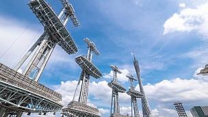 蓝天中广州塔附近的现代抽象建筑。时间间隔