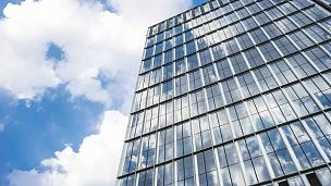 现代城市中心区现代建筑玻璃墙的延时摄影