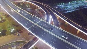 夜间十字路口交通繁忙