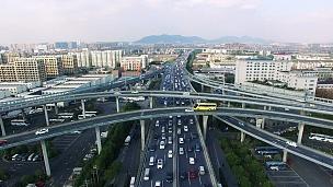 上午,现代城市市中心高架路上交通繁忙。