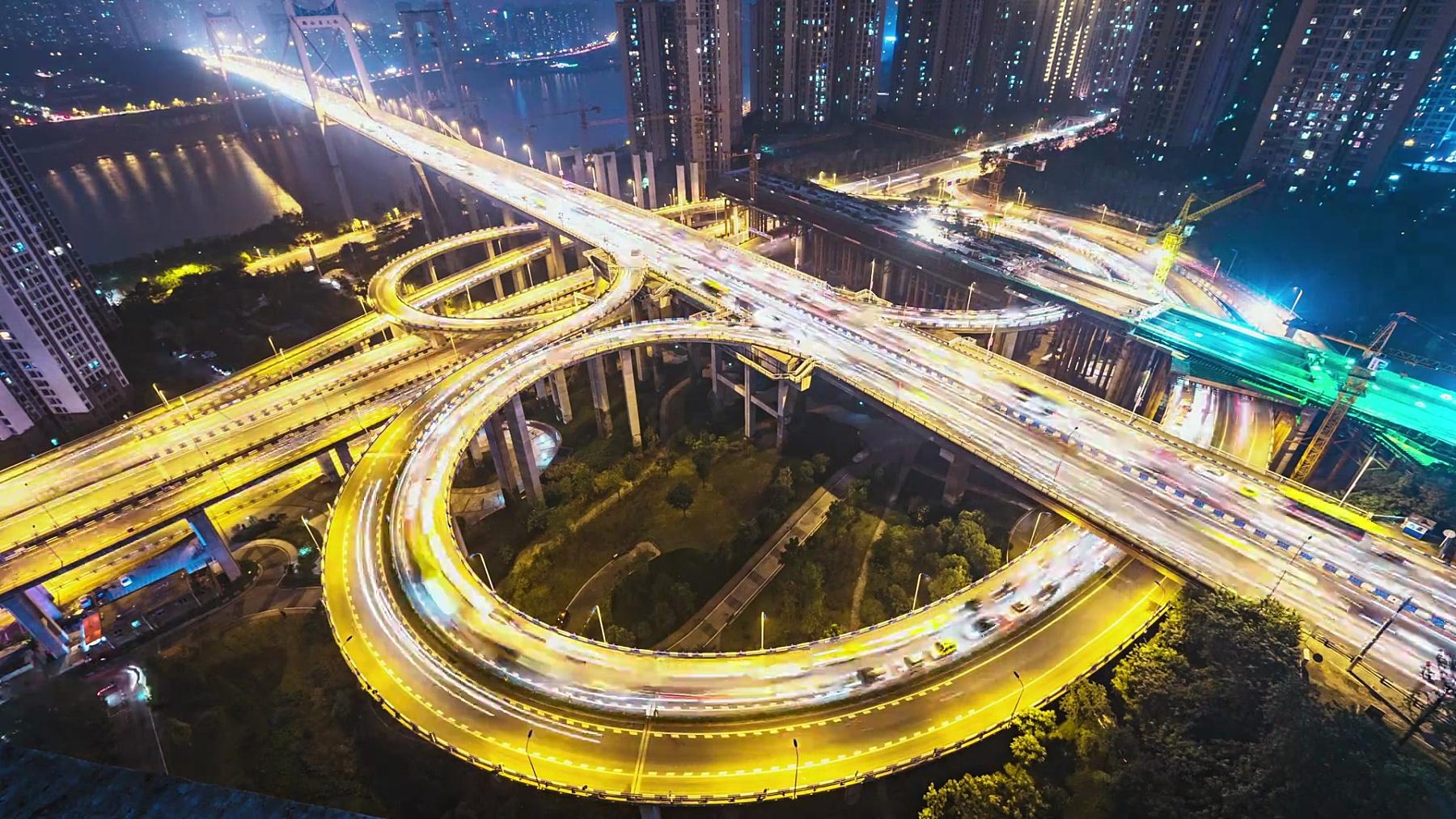晚上重庆道路交叉口的交通。时间间隔
