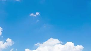 延时 白天天空中移动的云。
