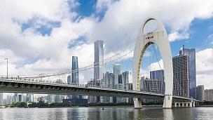 现代桥梁,蓝云天空中的抽象结构。时间间隔