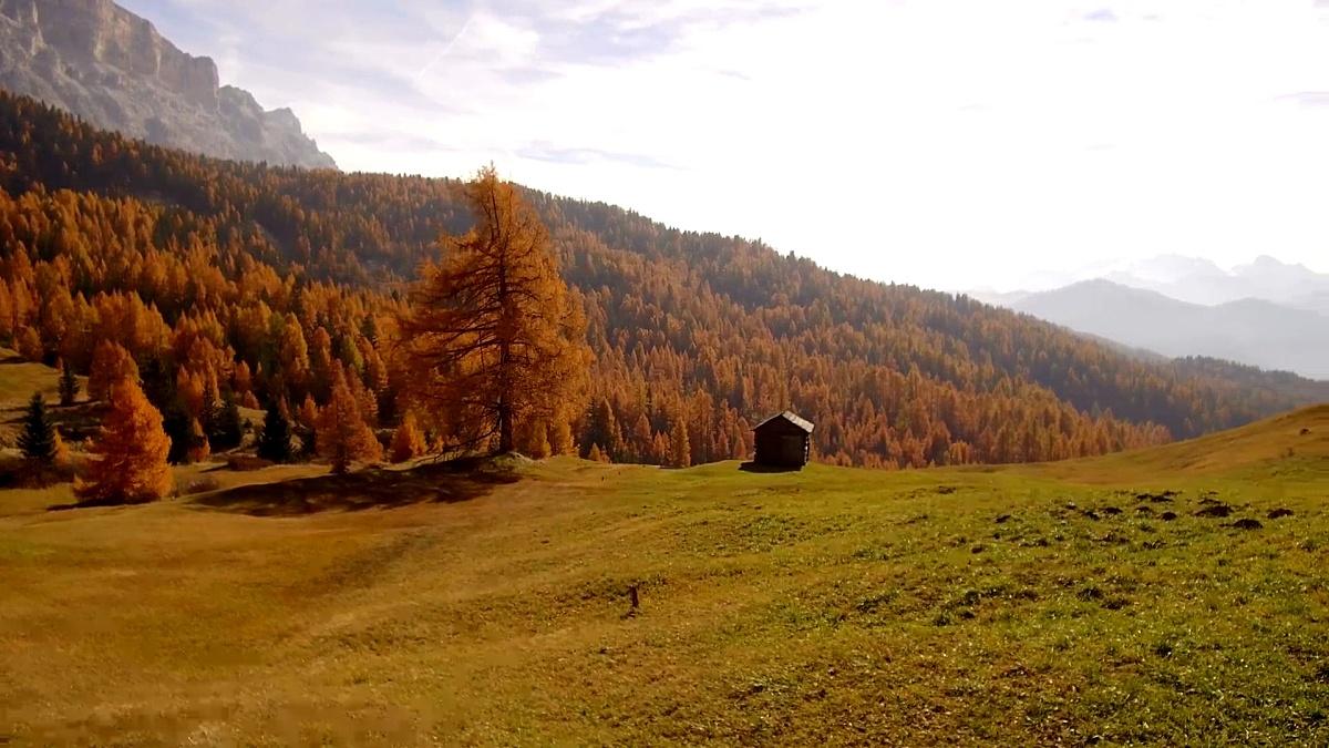 追踪秋天Alta Badia,Dolomites的射击谷仓
