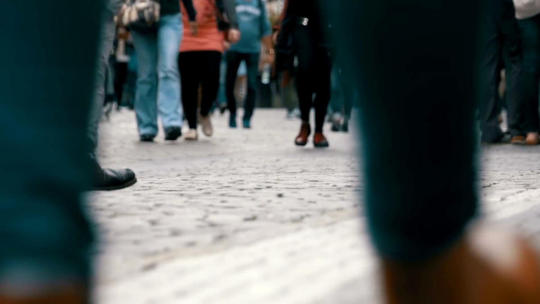 慢动作在街上走的人群的脚