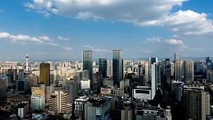 中国四川省成都市市区天际线的延时摄影,云彩的阴影在城市中快速移动。