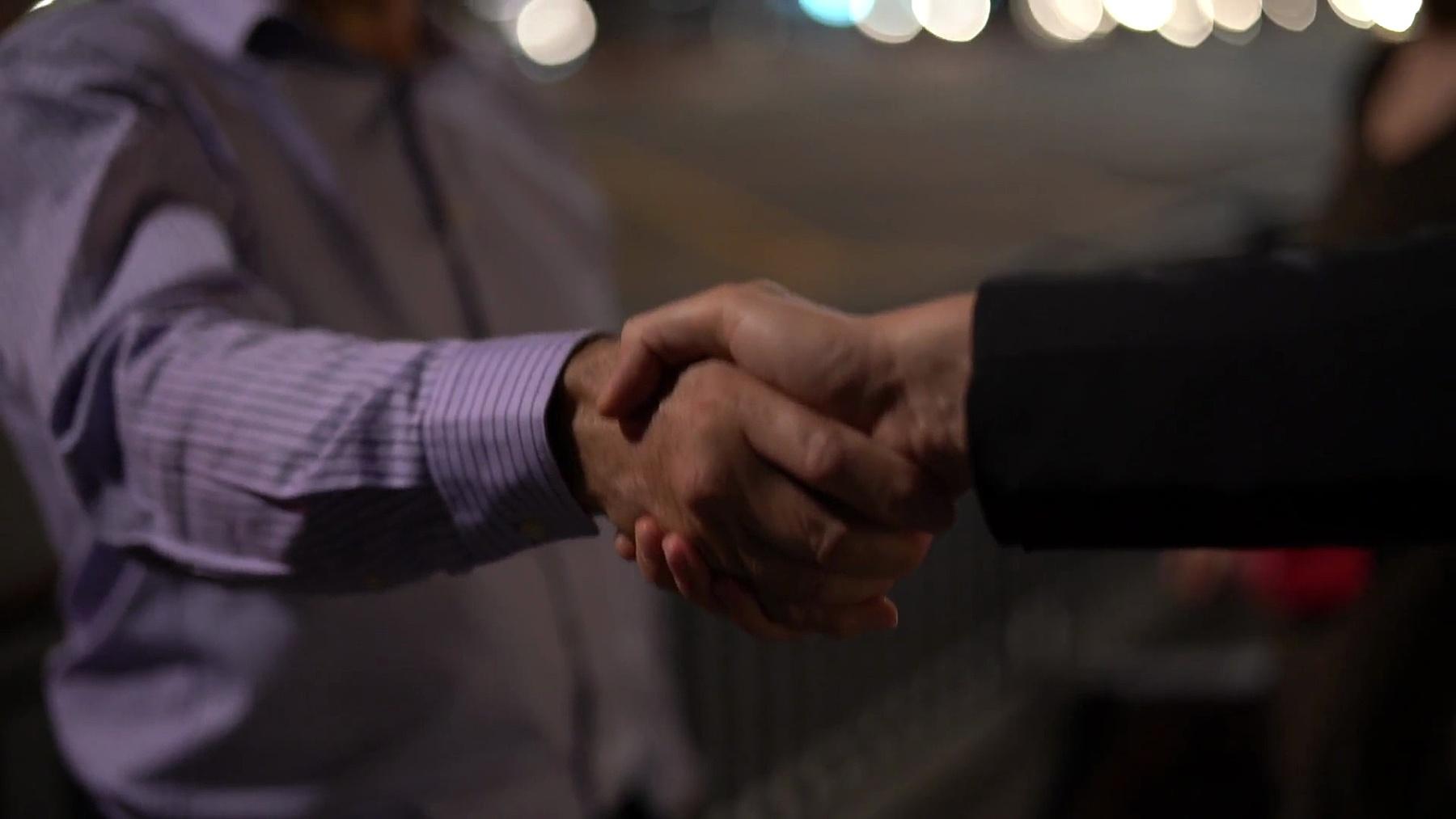 商务人士握手,结束会议