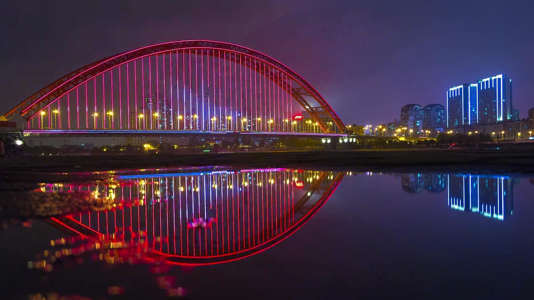 夜晚照亮武汉市著名的青川大桥滨江海湾全景 时光流逝中国