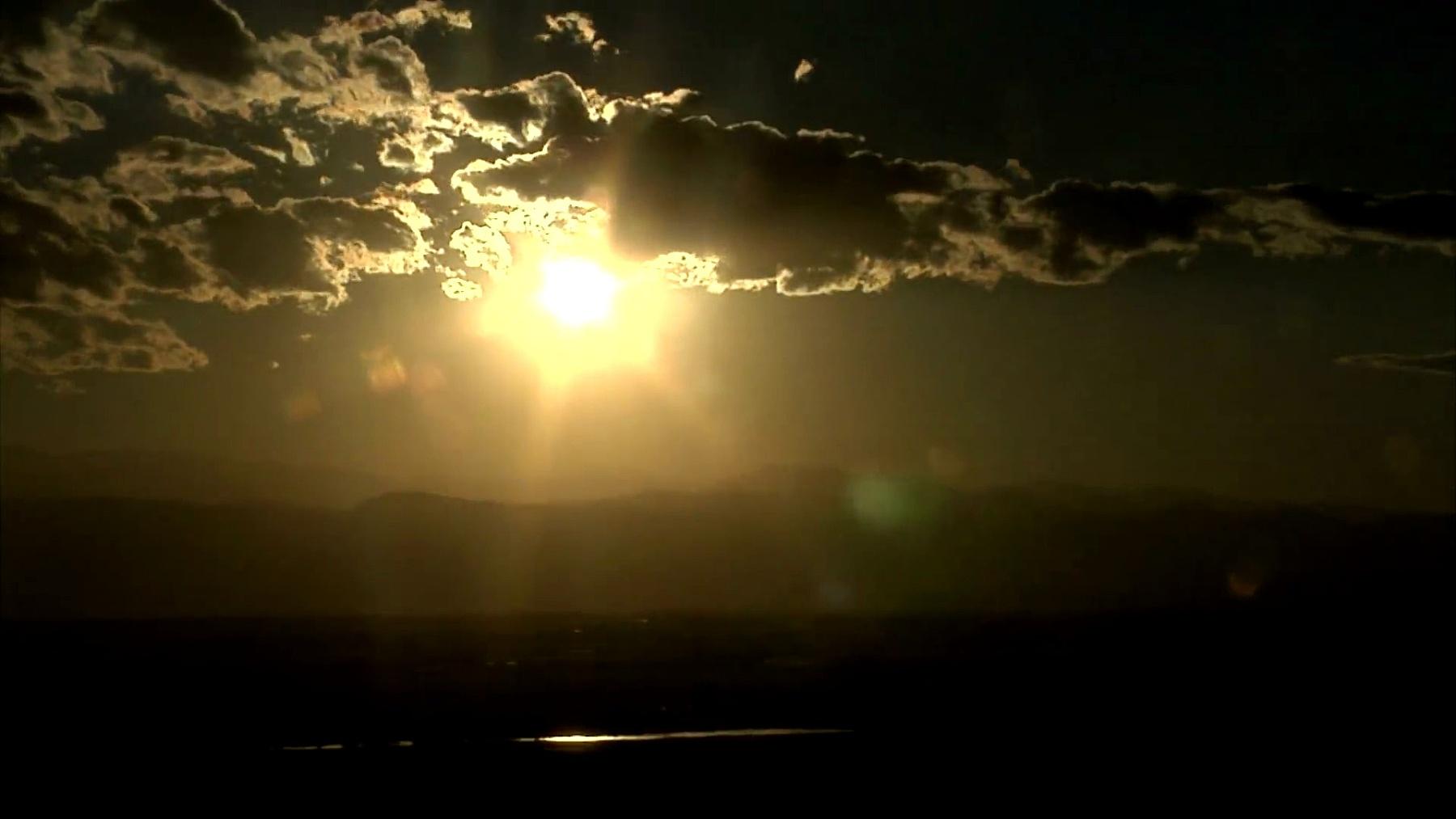 山脉后面壮丽的日落