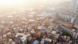 空中录像拍摄。在典型的中国区域上空飞行无人机。阳光灿烂