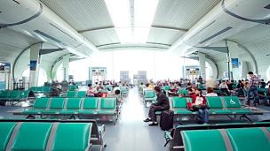 起飞前机场候机厅的旅客人群