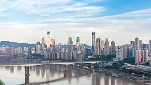 云天中现代城市中靠近河流的现代建筑。延时