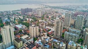 中国阴天时间武汉城市景观长江沿岸航空全景 延时摄影