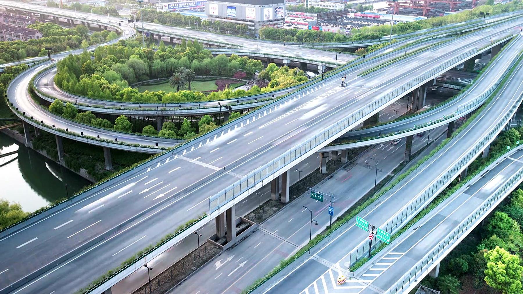 天际线和繁忙的交通在高架路交叉口在白天,延时摄影。