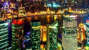 中国上海之夜。延时(缩小)