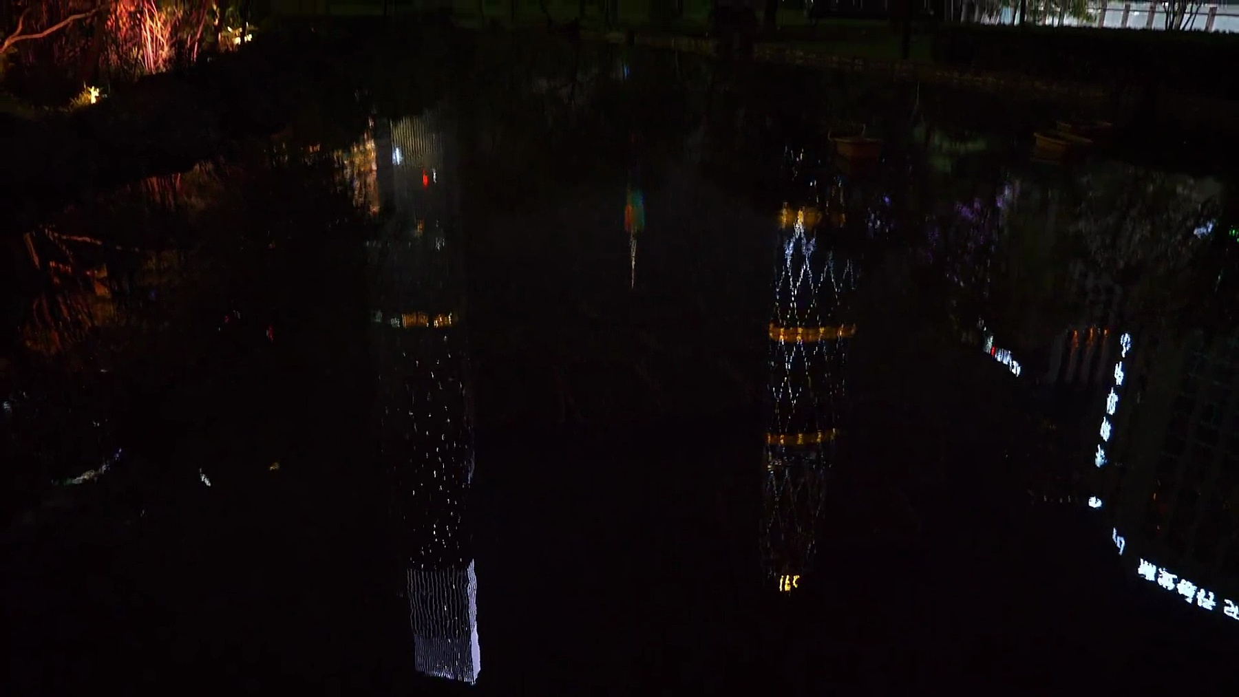 夜光照亮广州市闹市区巨型大厦池塘反射全景