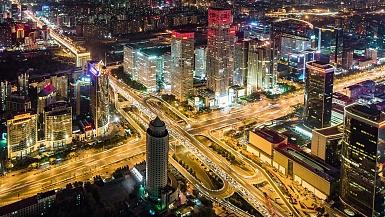 延时摄影-戏剧性的城市景观和夜间/北京的道路交叉口,中国(WS HA PAN)