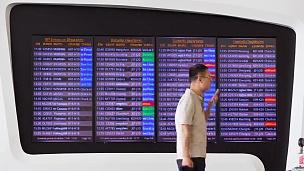 武汉日时机场办理登机时刻表全景  timelapse China