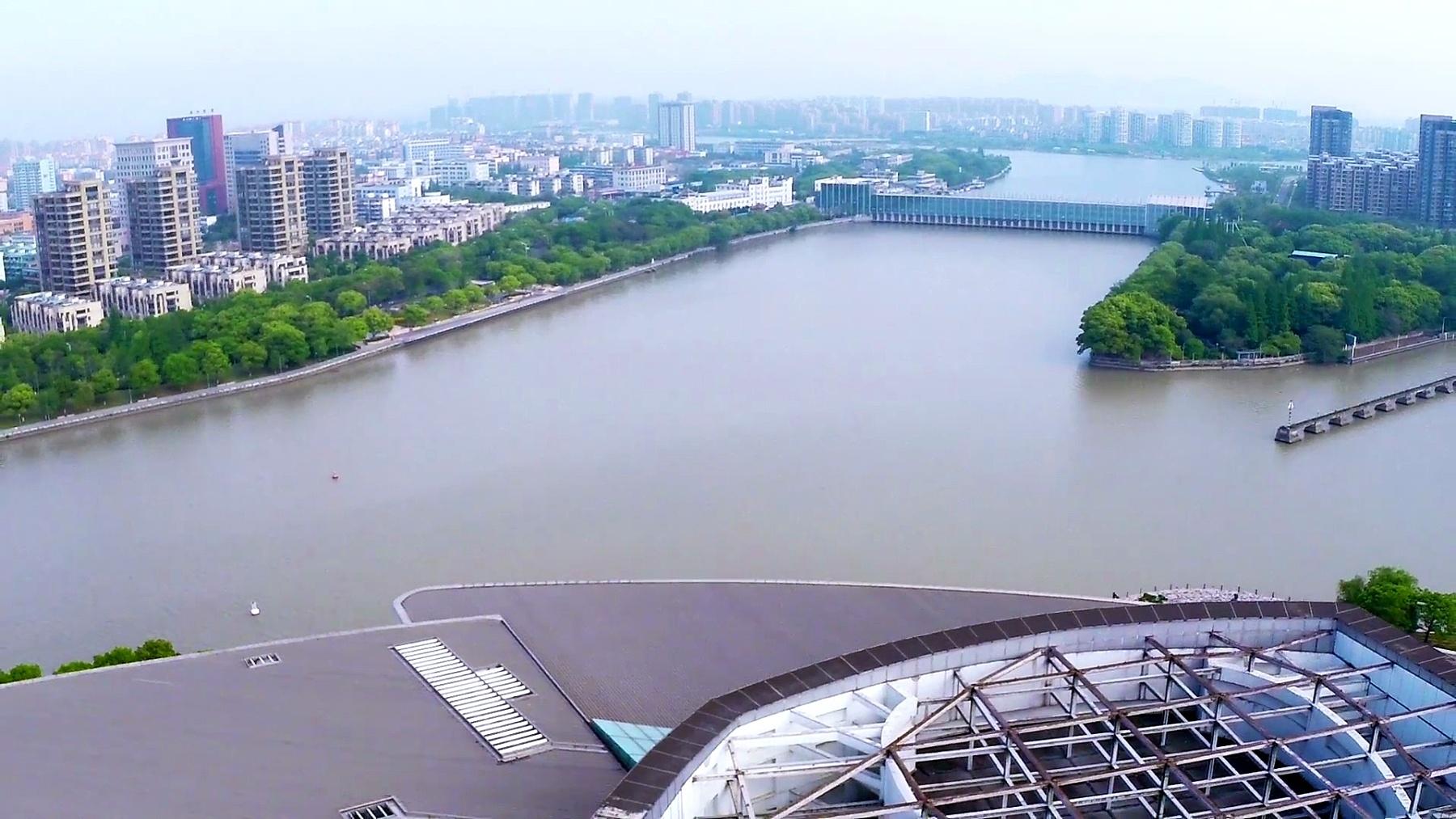 实时鸟瞰宁波河岸的天际线和现代建筑。