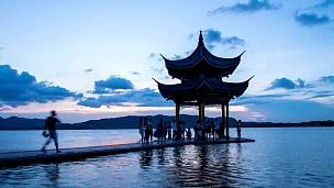 日落时杭州西湖的天空和亭台楼阁。延时摄影。