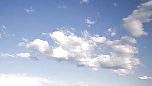 多云的天空。时间间隔