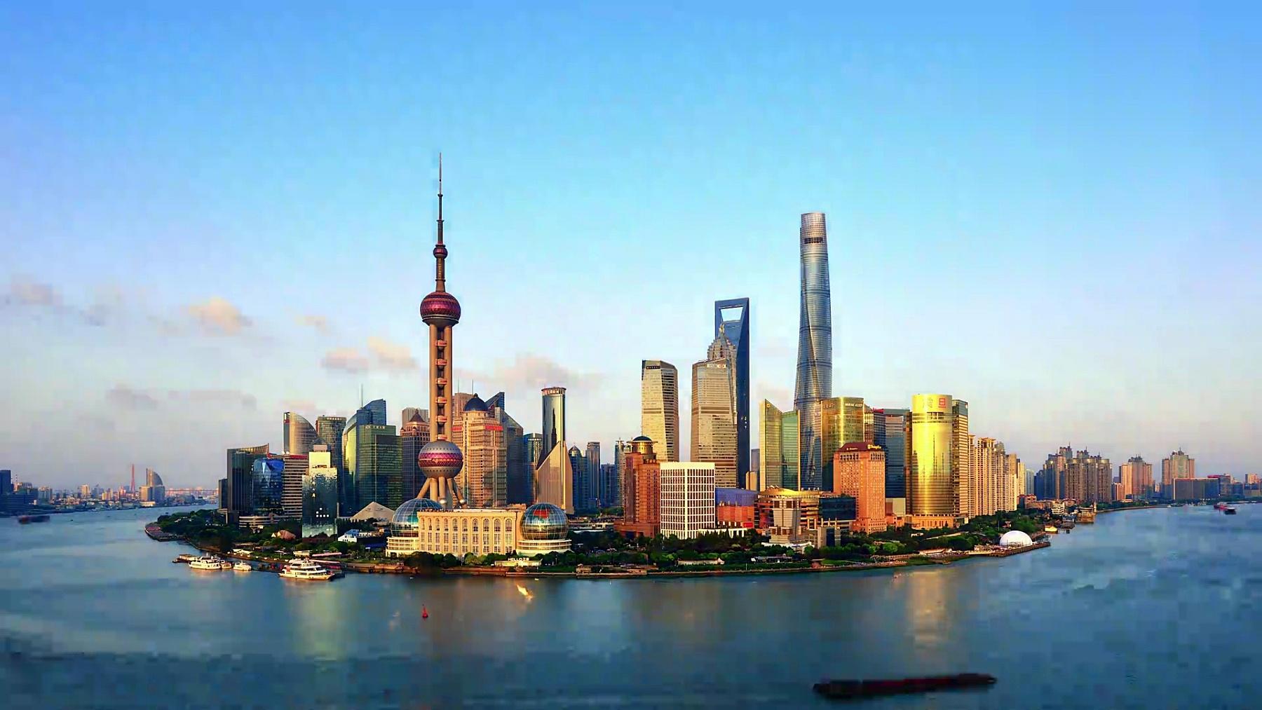 从白天到夜晚戏剧性的天空中的上海天际线