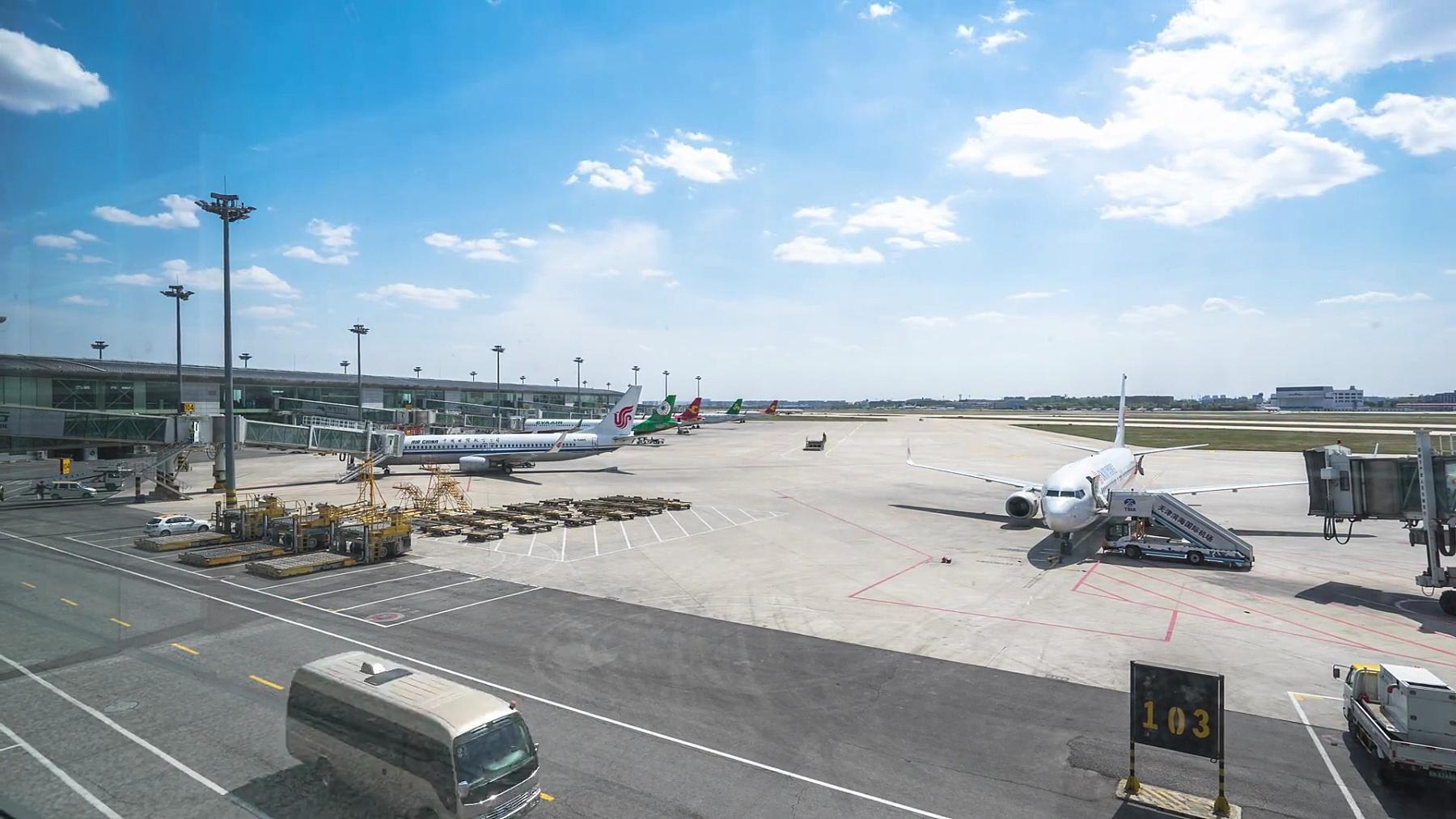 蓝天下天津机场上的飞机。时间间隔