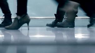 乘客在机场大堂行走