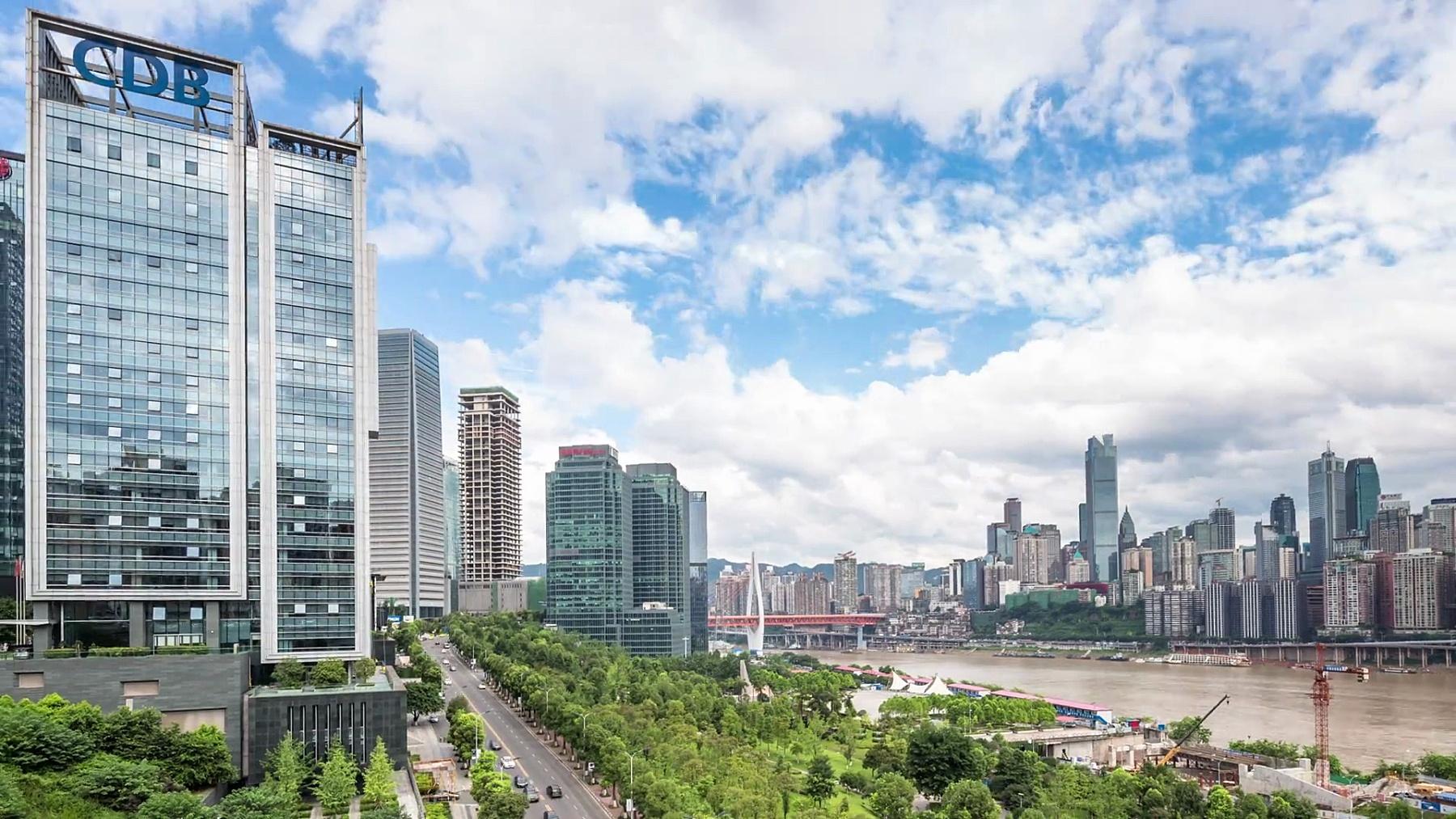 从河边看重庆的城市风光和天际线。时间间隔