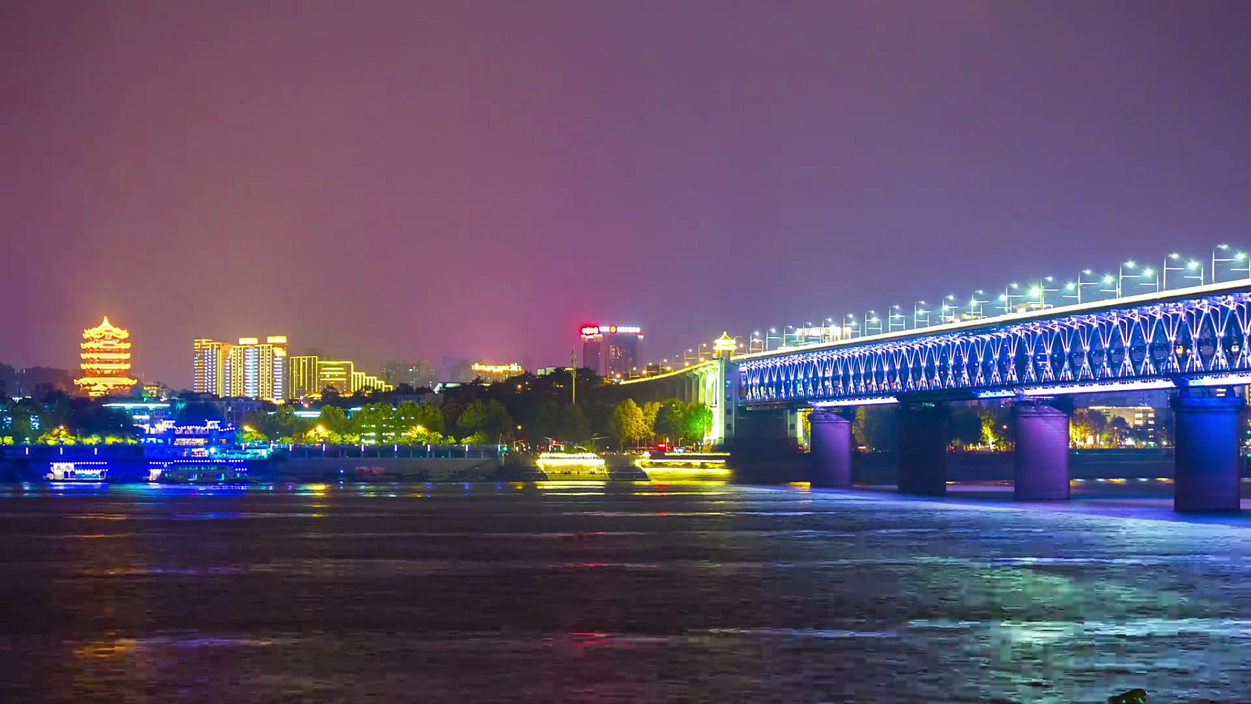 夜晚照亮武汉市著名的长江大桥海湾全景 时光流逝中国