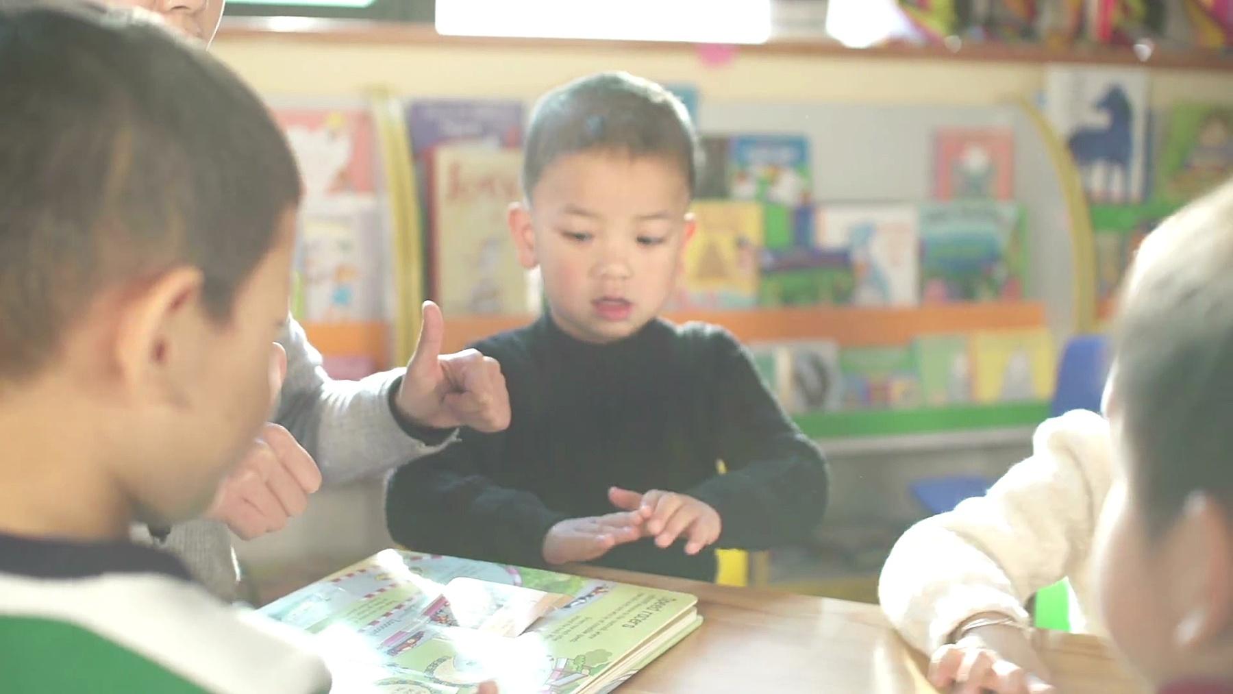 幼儿园教师在课堂上教孩子